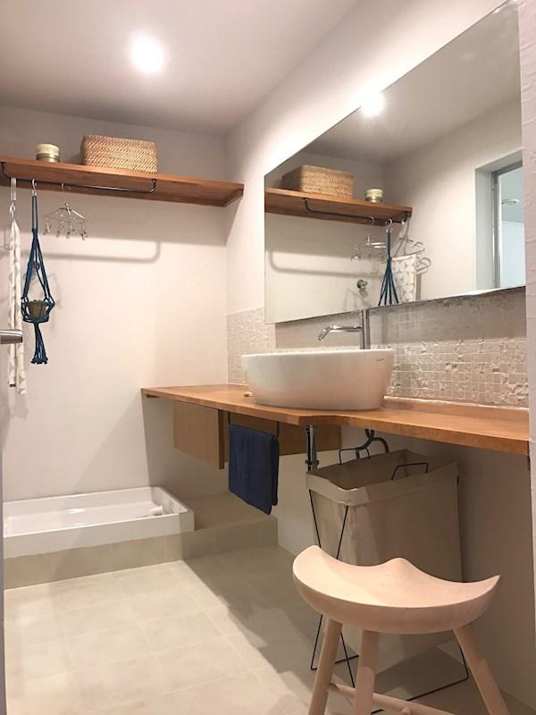 ゆったりとした洗面カウンター。お好きな家具を置いてカスタマイズできます。