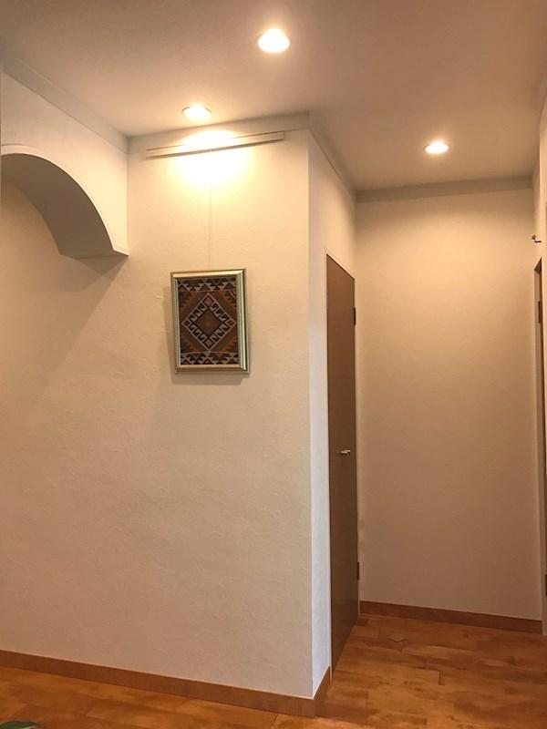 玄関にはピクチャーレールを装備。ひと足、踏み入れればお気に入りの絵画が出迎えてくれます。