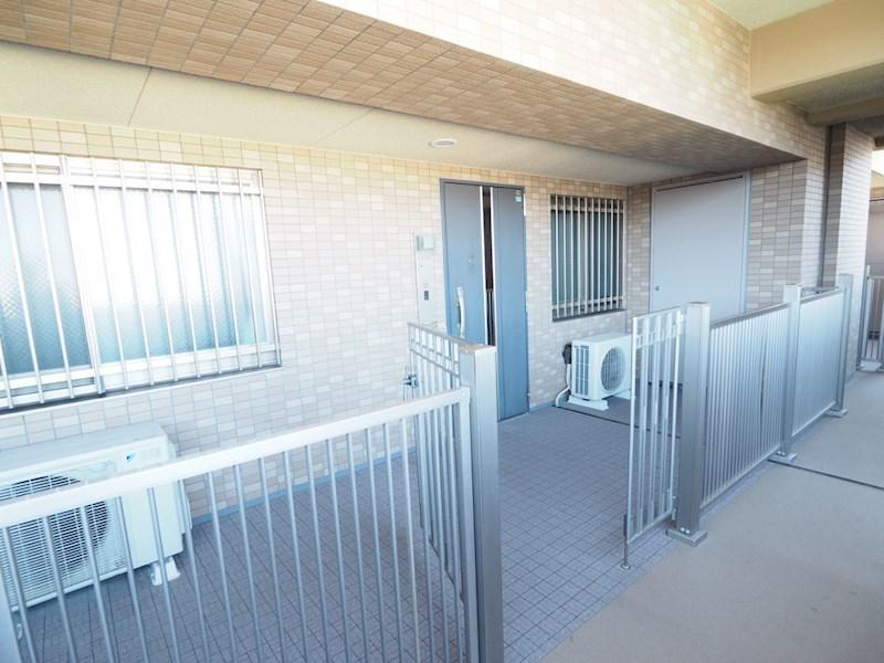 門扉付き玄関ポーチを設置することで、ゆとりのスペースで戸建て感覚のプライバシーを確保