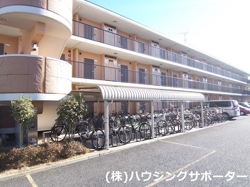 玄関側に自転車置き場・駐車場があります