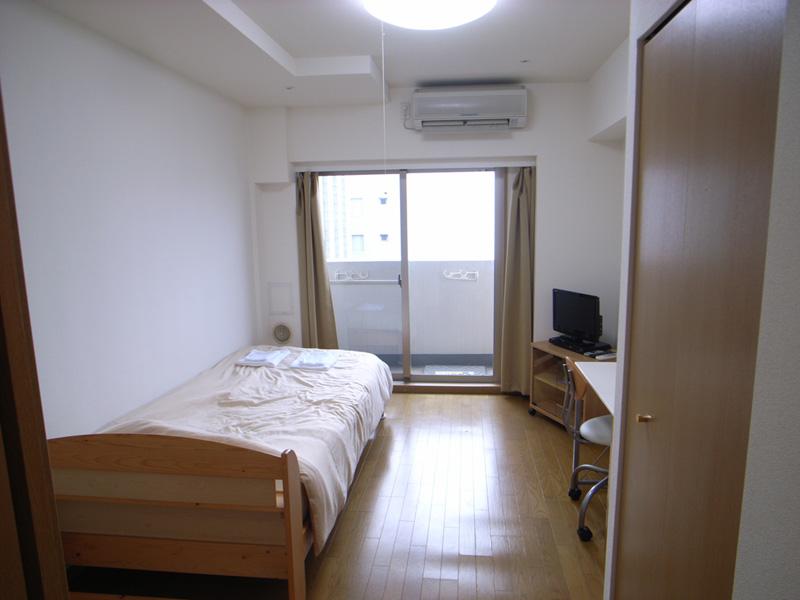 明るいお部屋にはエアコン完備で1年中快適。
