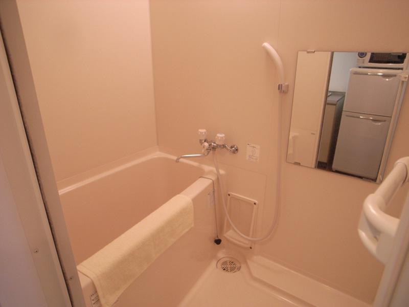 清潔感あるバスルーム。浴室乾燥機付。