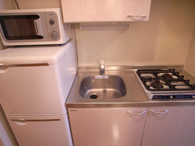 2口ガスコンロキッチン。隣には冷蔵庫置場があります。