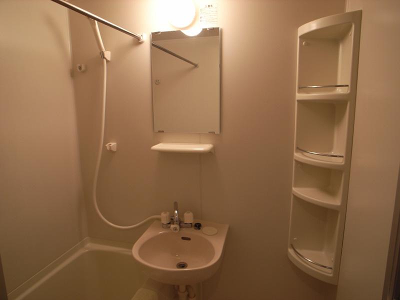 浴室乾燥機シャンプー台・鏡・シャワーの付いた使いやすいバスルーム。
