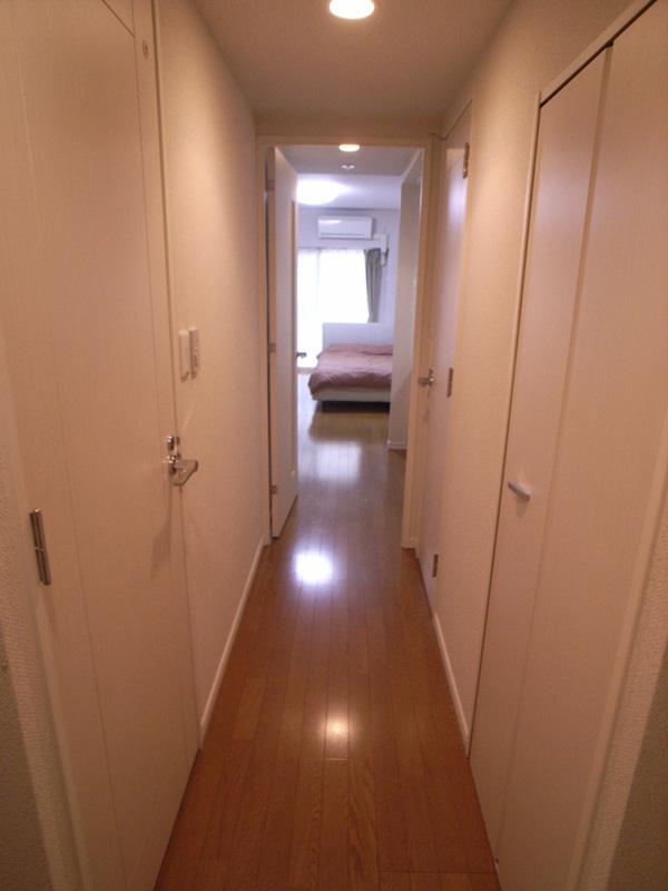 白い壁やドアで、室内は明るくなっています。