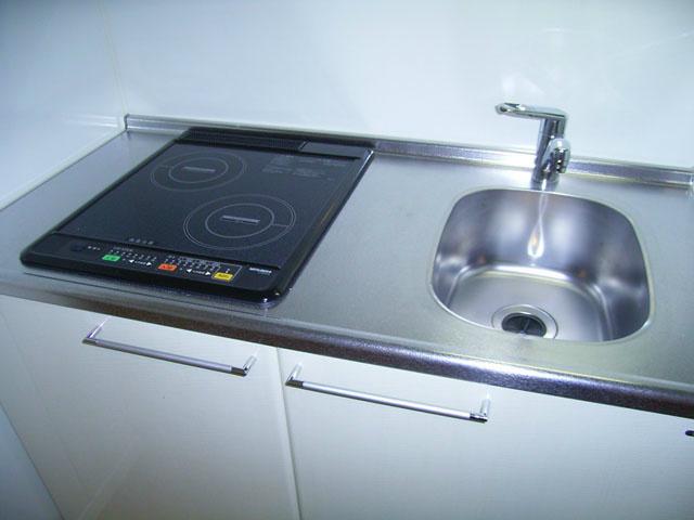 2口IHコンロキッチン。 冷蔵庫・電子レンジも完備。