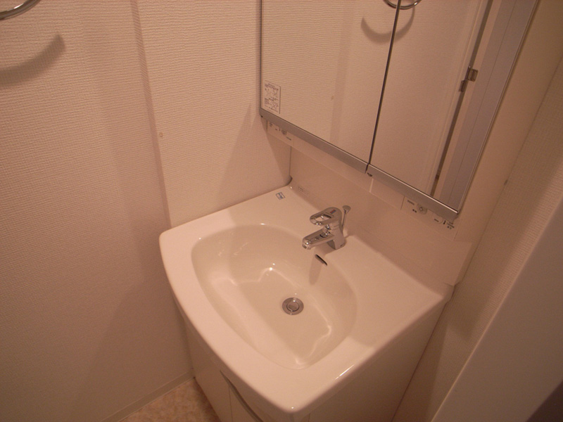 人気の独立洗面台完備。 鏡も大きく身支度に便利。