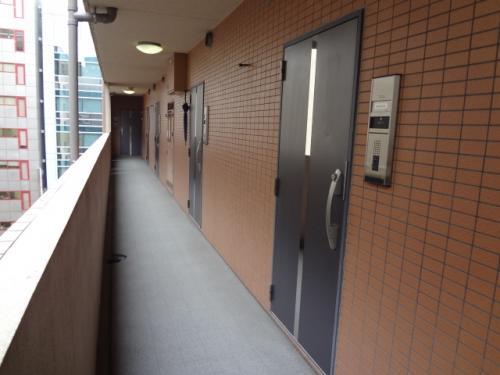 外の天気がすぐわかる廊下と、鏡付ドア。