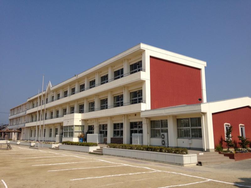 小学校:津島市立南小学校 823m