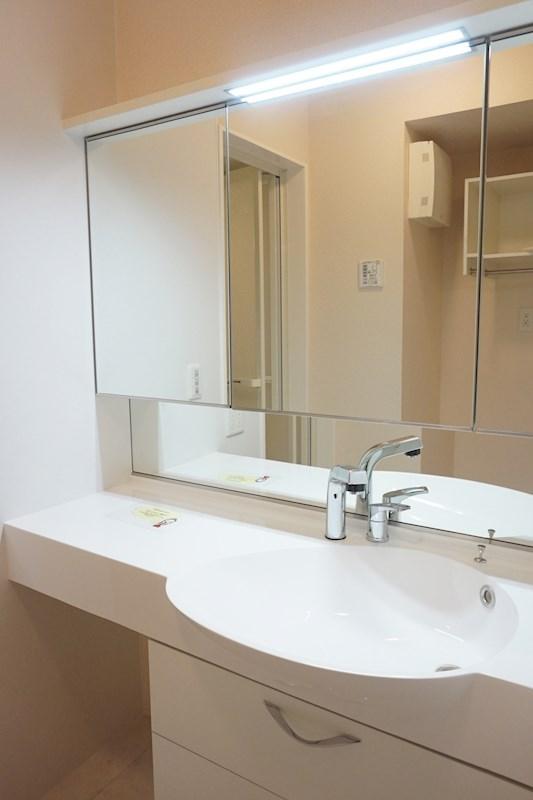 大きな鏡付きの洗面所