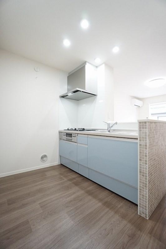 おしゃれなタイルとアクセントパネルが印象的な対面キッチン オールスライド収納です