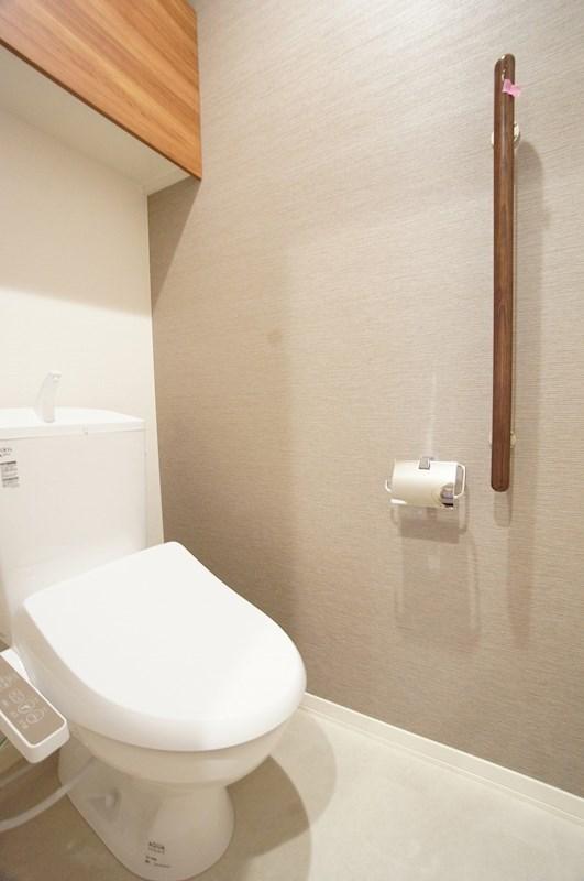 落ち着きあるアクセントクロスのトイレ