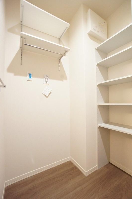 洗濯機置き場と可動棚