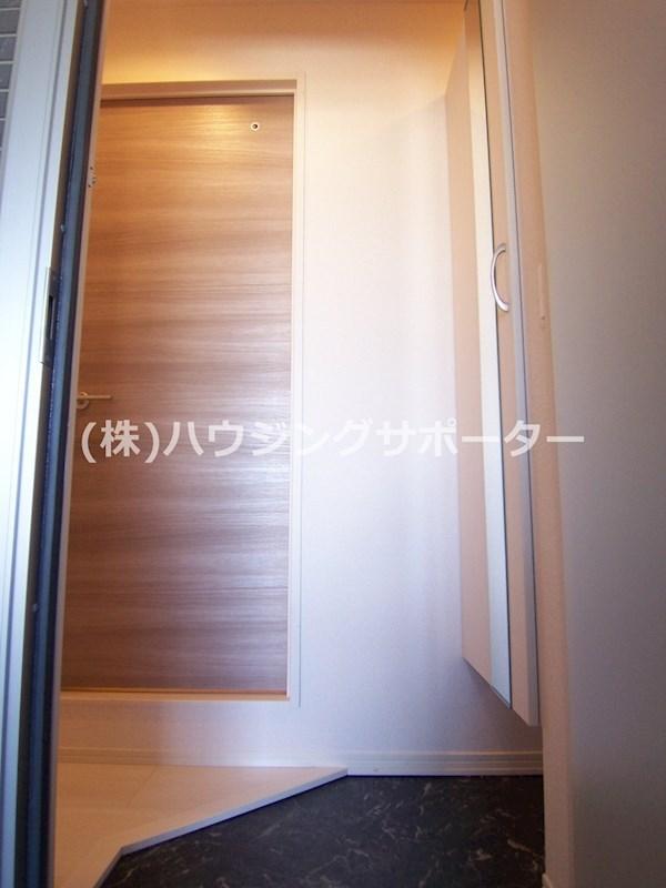 玄関開けてキッチンも居室も見えないのはいいですね。