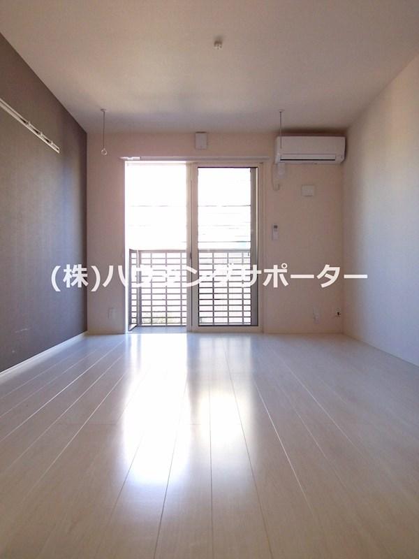 202号室の居室の壁紙は1面アクセントクロスで色違いです