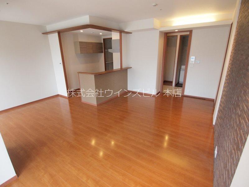 リビングは人気のカウンターキッチン。高級感のある内装・床暖房付き。
