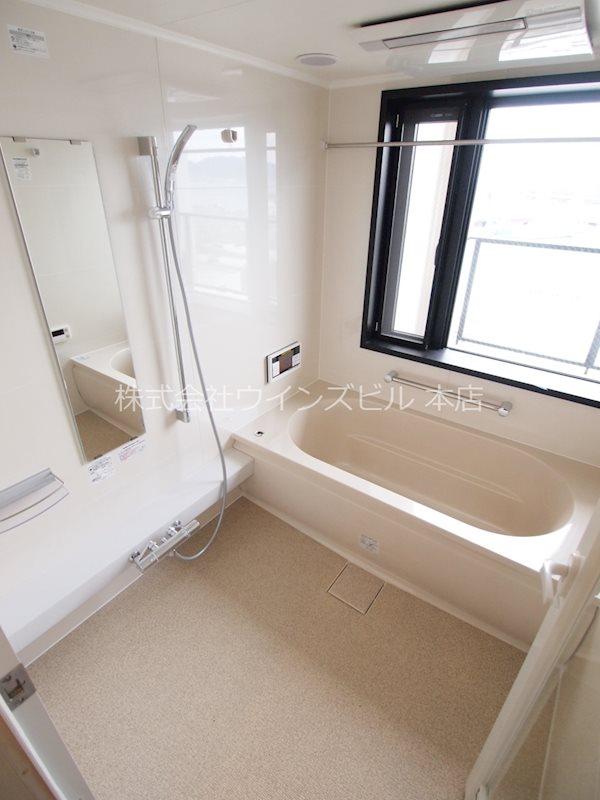 窓があり、開放的な足が伸ばせるお風呂♪♪