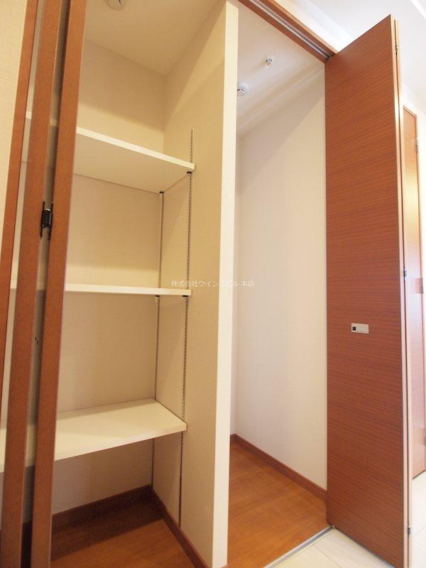 奥行があり棚付きで、収納しやすい。