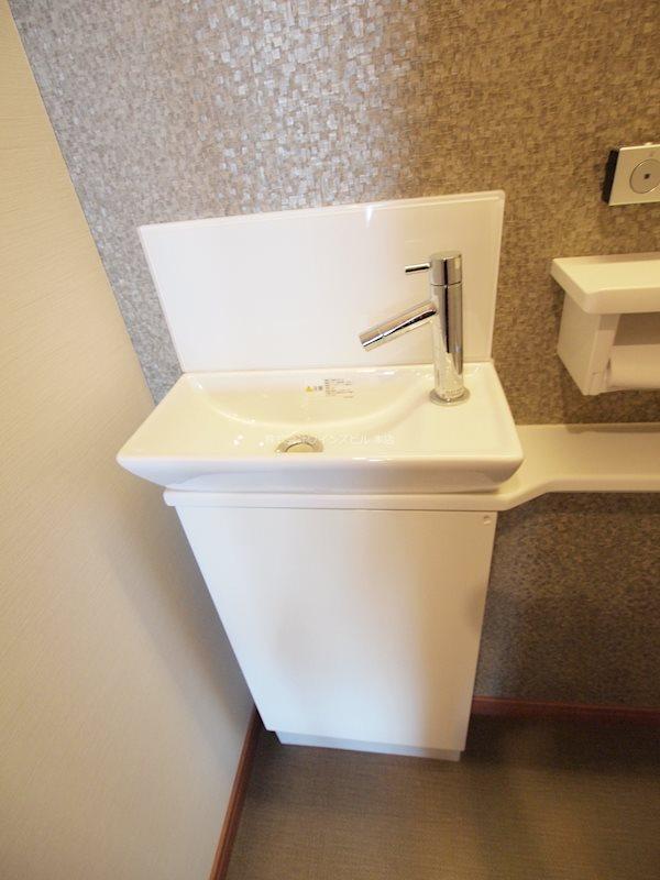 トイレに手洗い備え付け。