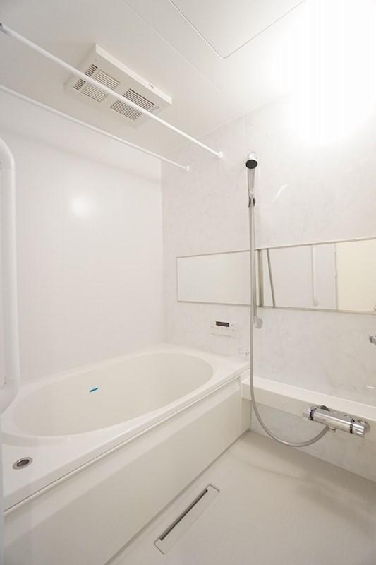 白が基調で清潔感あふれる浴室