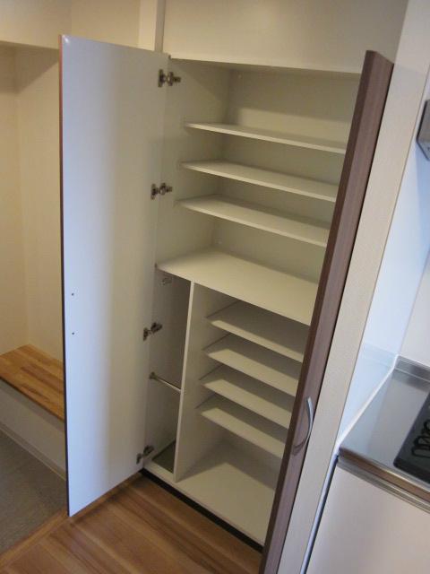 玄関前には大容量収納が靴や小物までの収納も可。