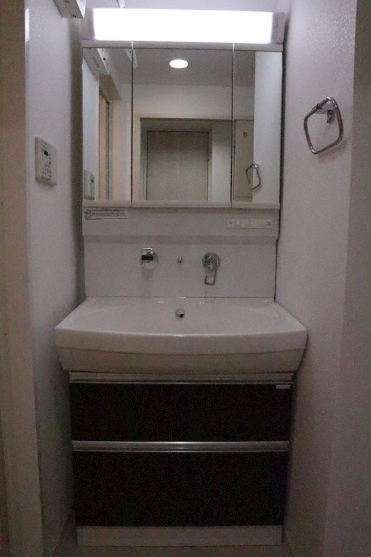 三面鏡シャワー付き洗面台。