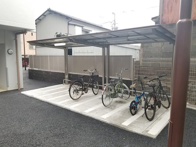 屋根付き自転車置き場あります。