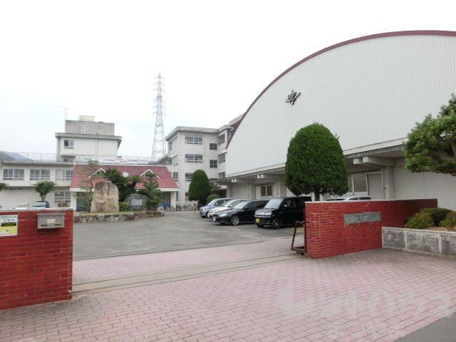 小学校:松山市立北久米小学校 1118m