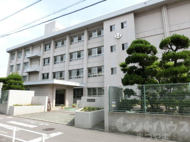 中学校:松山市立道後中学校 560m