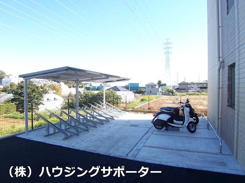 自転車・バイク置き場は北側です