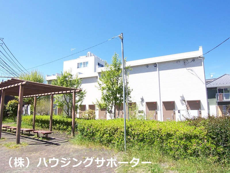 南側は山田川の遊歩道があります
