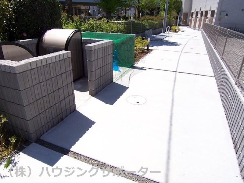 敷地内ゴミ捨て場と自転車置き場