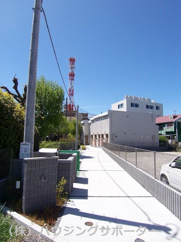 敷地入り口は東側です。南西方向に横浜線があり電車の音は結構します(北には中央線)
