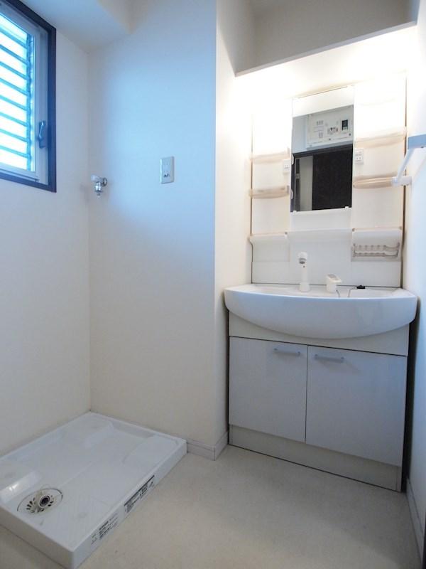 脱衣所。独立洗面台です。