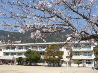 小学校:北九州市立葛原小学校 1050m