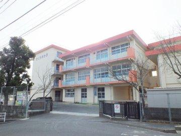 小学校:北九州市立企救丘小学校 566m