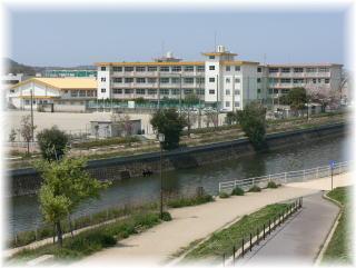 小学校:北九州市立八枝小学校 460m