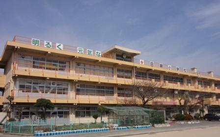 小学校:北九州市立日明小学校 82m