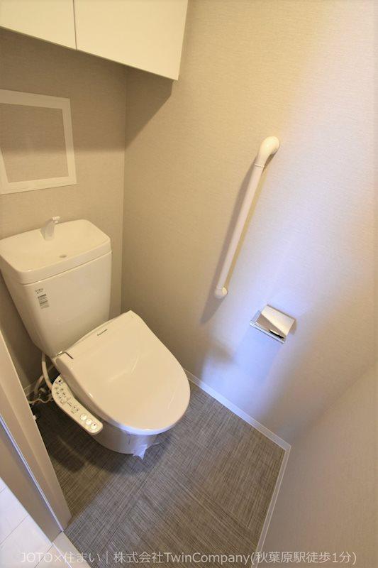 白が基調の落ち着いたトイレ空間です。