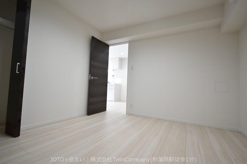 清潔感あるホワイトの壁紙クロスと、温もり溢れるモダンカラーの床材が見事に調和した居室です。