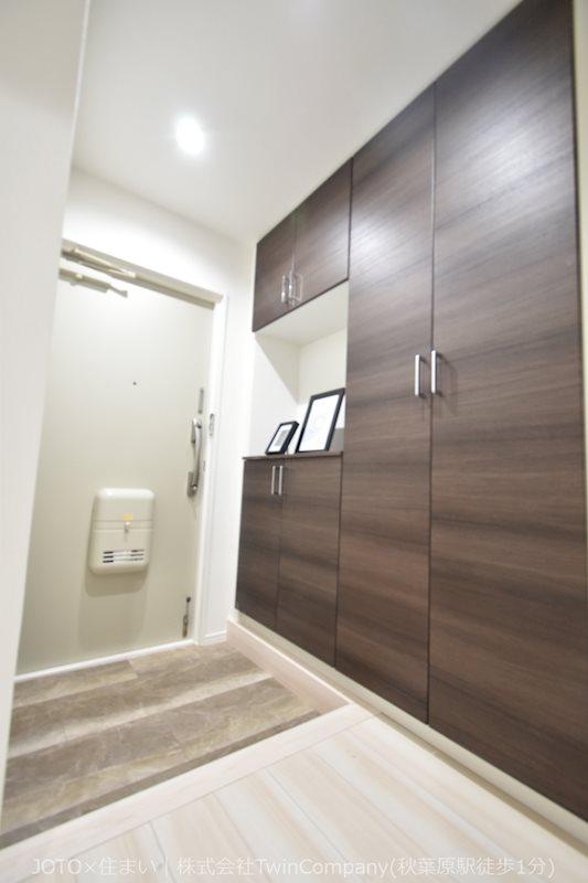 上質で清潔感のあるデザインの玄関は、靴を十分収納できる収納付きの使いやすい玄関です。