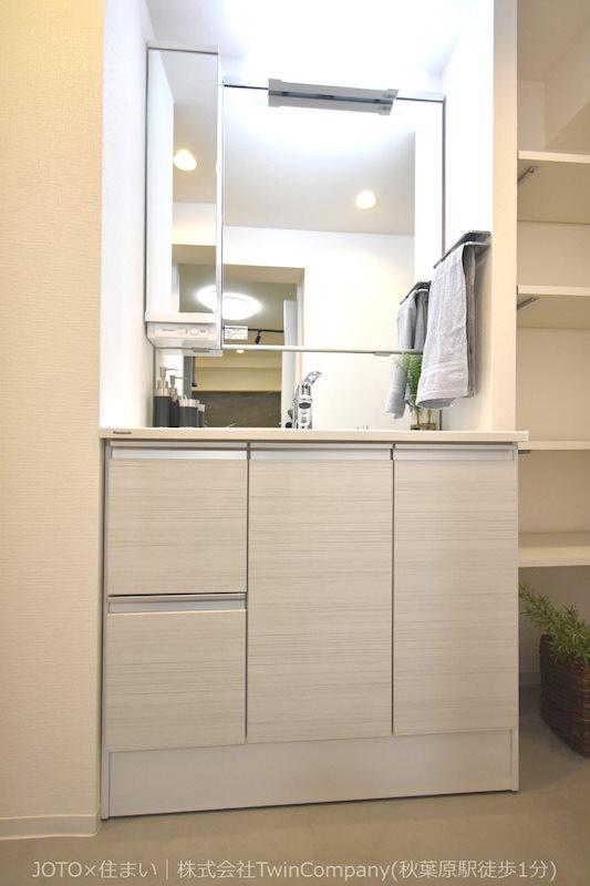 収納もできる洗面化粧台・棚もあります。