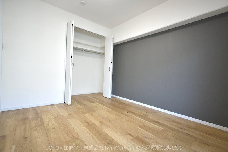 約5.6帖洋室。バルコニーに面して明るいお部屋です