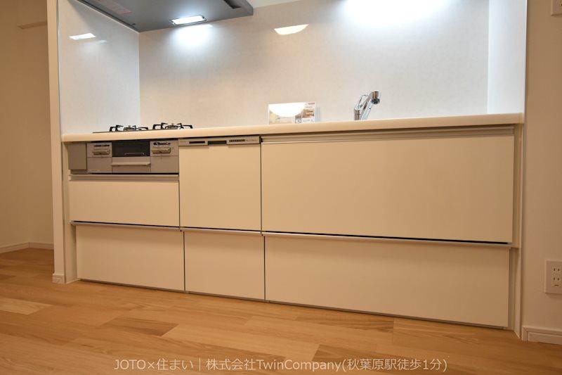 明るく作業スペースを多くとったキッチンは、調理等がしやすい余裕の広さ!食器類もすっきりと片付く収納力