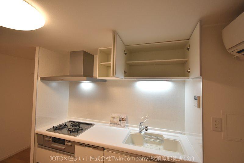 リビングのスペースを広く取れる壁付けキッチン。