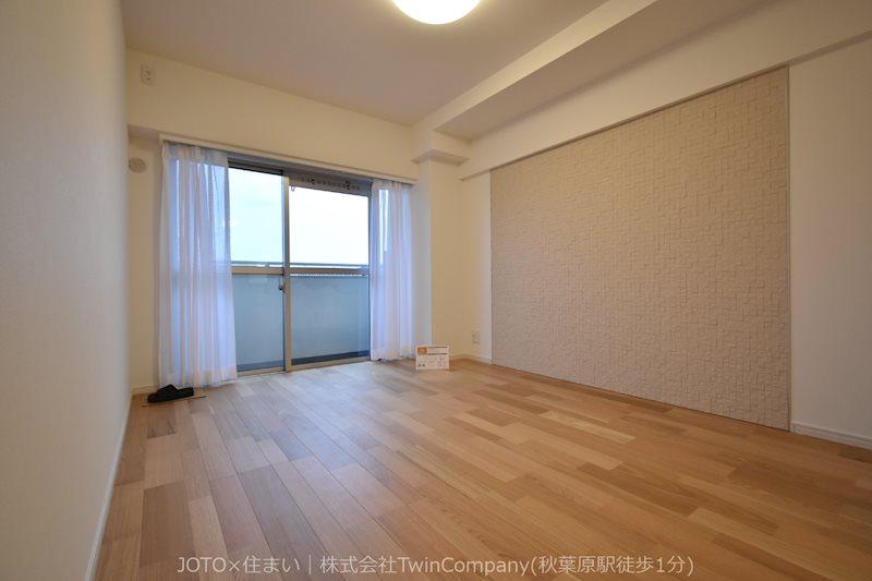 バルコニーに面した明るい洋室。