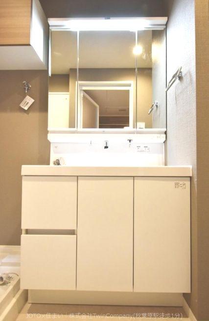 明るく清潔感あるゆとりの洗面スペースで朝の身支度もスムーズに。