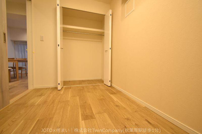 白を基調とした部屋は広々と感じることができます。