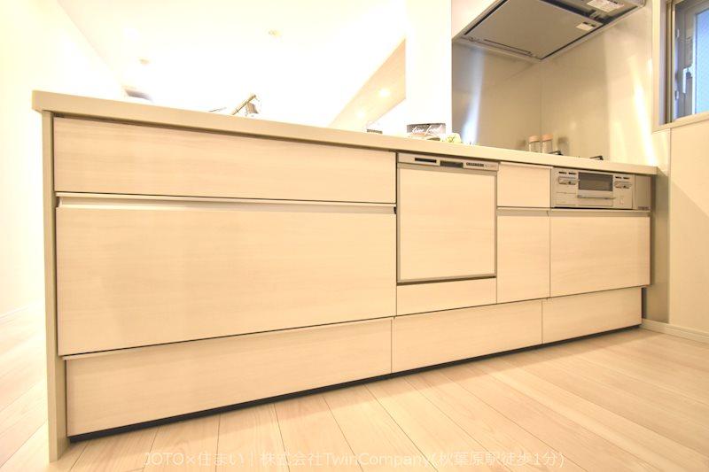 明るいカラーの食洗機付きシステムキッチン