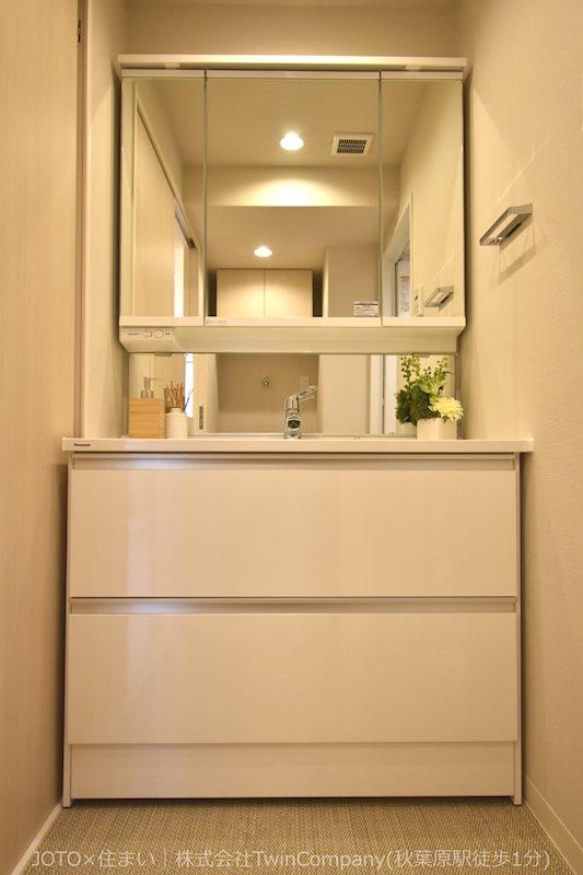 洗面化粧台はコンパクトでスタイリッシュ。